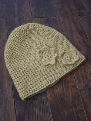 Petit bonnet en alpaga moutarde pour petit Sha, modèle tiré du 3ème Bébé,  fleurs au crochet home made (Yeahhhhh!!!) grâce à ses explications. 7f08087d46c